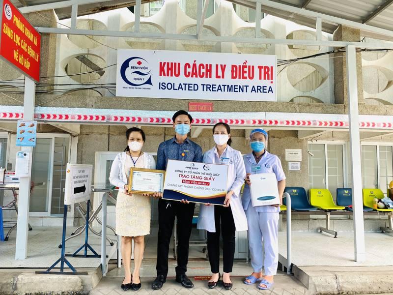 Công Ty Thế Giới Giấy trao tặng giấy cho bệnh viện Quận 7 tại Khu cách ly điều trị Tại TPHCM